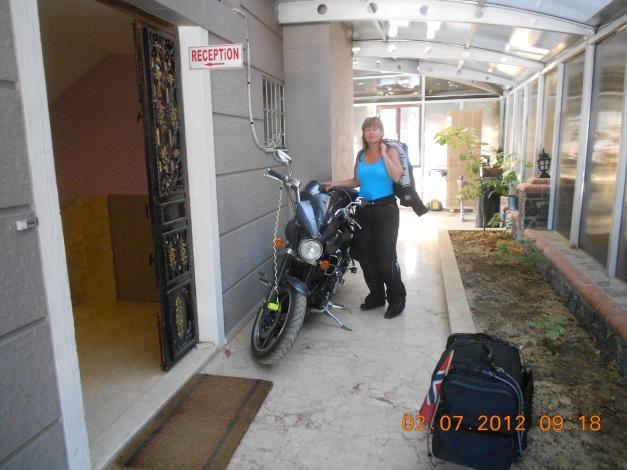 Motorsykkelen godt parkert og beskyttet for vinden på hotell Sakran i byen Aliaga