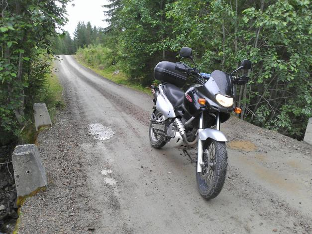 Suzuki XF650 Freewind on dirt road