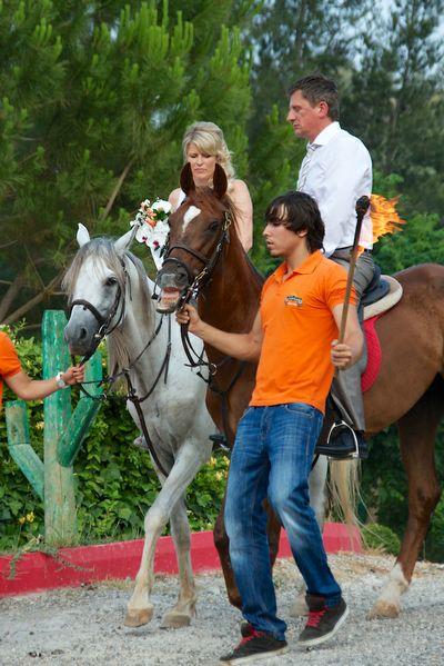 Anne og Bjarte kommer ridende inn på hest